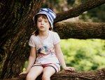 Dziecko na drzewie